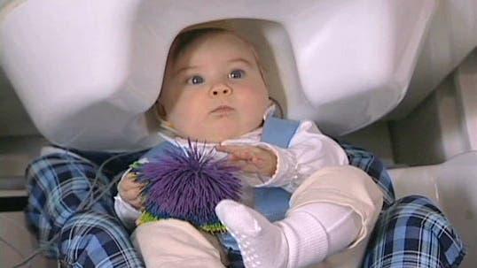 Baby im Magnetoenzephlaografen