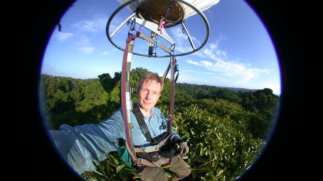 Der Entomologe Maurice Leponce im Heliumballon