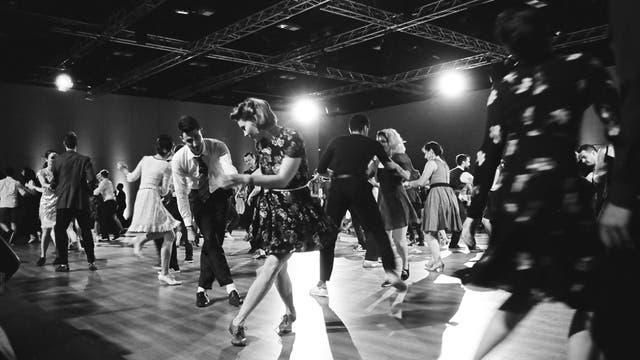 Ein Tanzsaal mit einer Gruppe von Swingtänzern