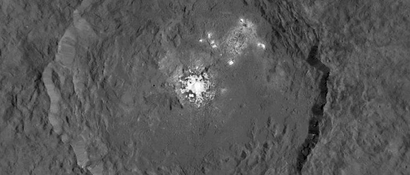 Mysteriöser weißer Fleck im Krater Occator