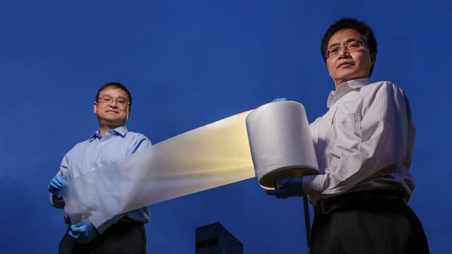 Xiaobo Yin und Ronggui Yang von der University of Colorado in Boulder präsentieren die neue Folie mit Kühleffekt