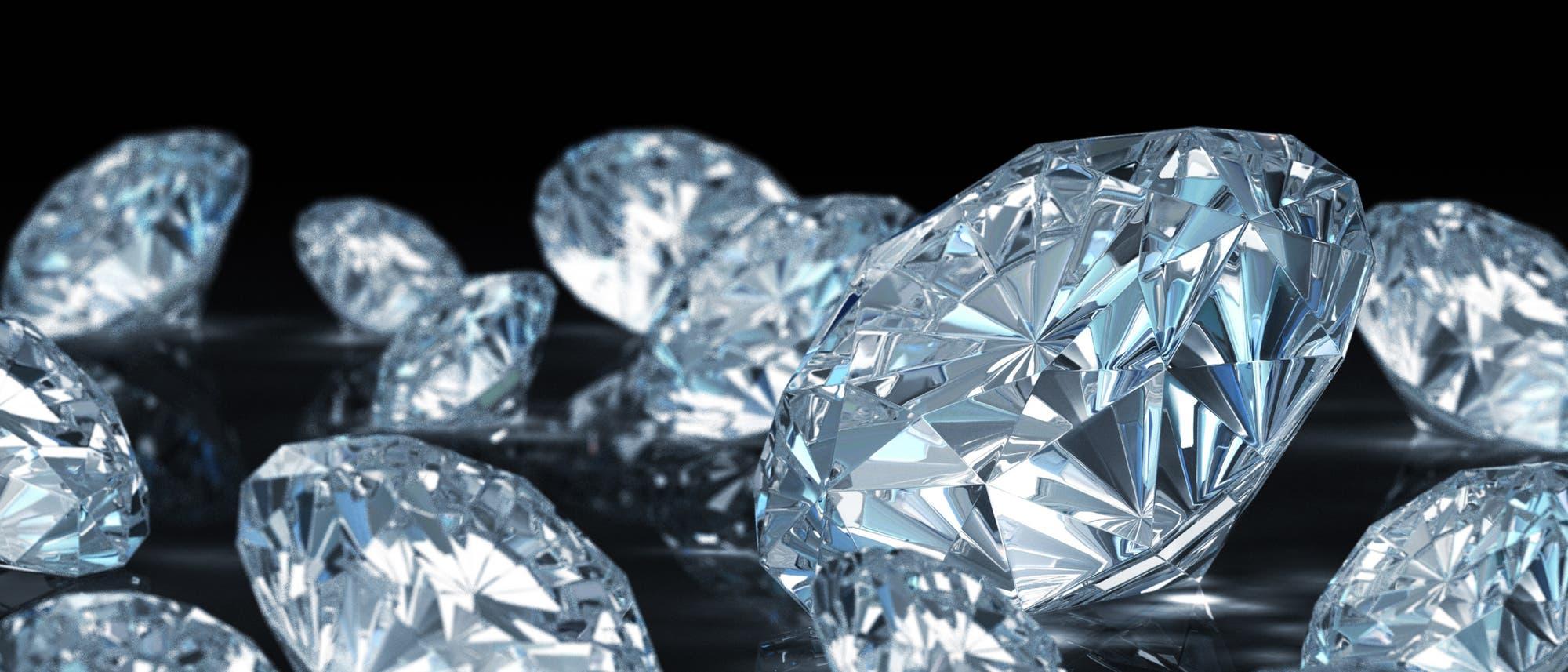 Ein Diamant entsteht meist durch Druck im Erdmantel, der Schicht zwischen Erdkruste und Erdkern.