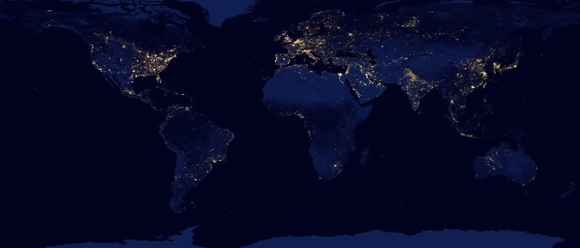 Die Nachtseite der Erde verrät, wo die großen Metropolen liegen: Sie verraten sich anhand ihrer künstlichen Beleuchtung. Das Bild wurde aus Daten der Kamera VIIRS-DNB an Bord des Satelliten Suomi NPP vom April und Oktober 2012 erstellt.