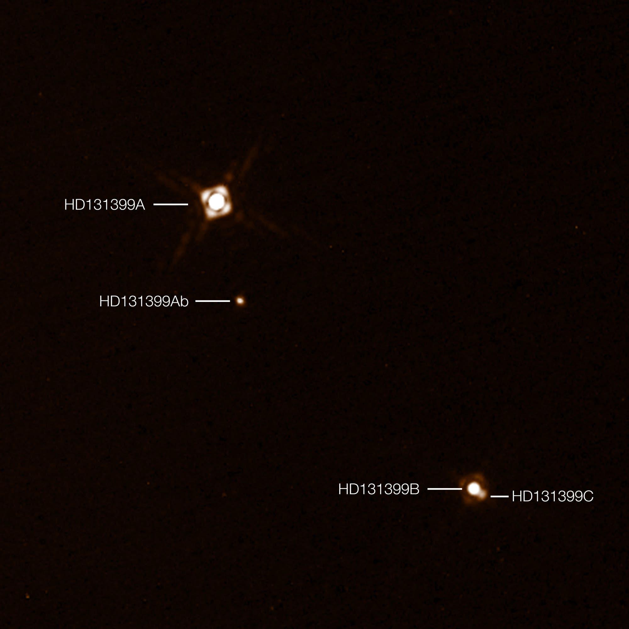Das Dreifach-Sternsystem HD 131399 mit Exoplanet (Aufnahme des SPHERE-Instruments)