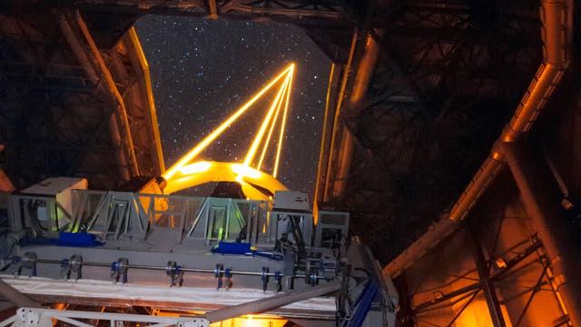 Das Muse-Spektrometer im Einsatz. Die gelben Lichtstrahlen sind Natrium-Laser, welche nicht etwa Galaxien zum Leuchten bringen, sondern benutzt werden, um die aufgenommenen Bilder für Turbulenzen in der Erdatmosphäre zu korrigieren.