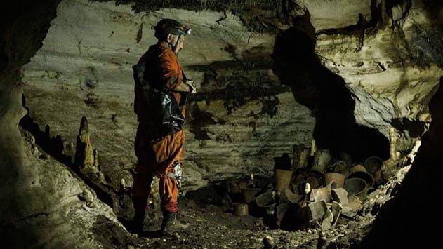 Archäologe de Anda in der 3,8 Meter hohen Kammer