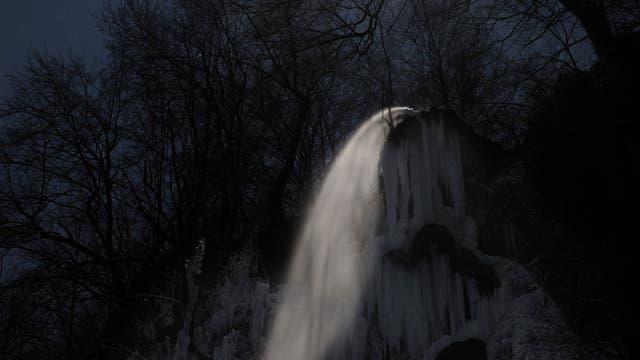 Vollmond über dem Uracher Wasserfall (Langzeitaufnahme)