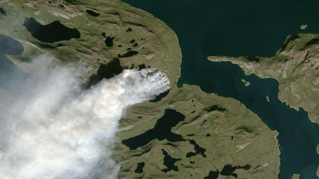 Satellitenbild der Rauchschwaden eines Buschfeuers inmitten von Seen und Fjorden