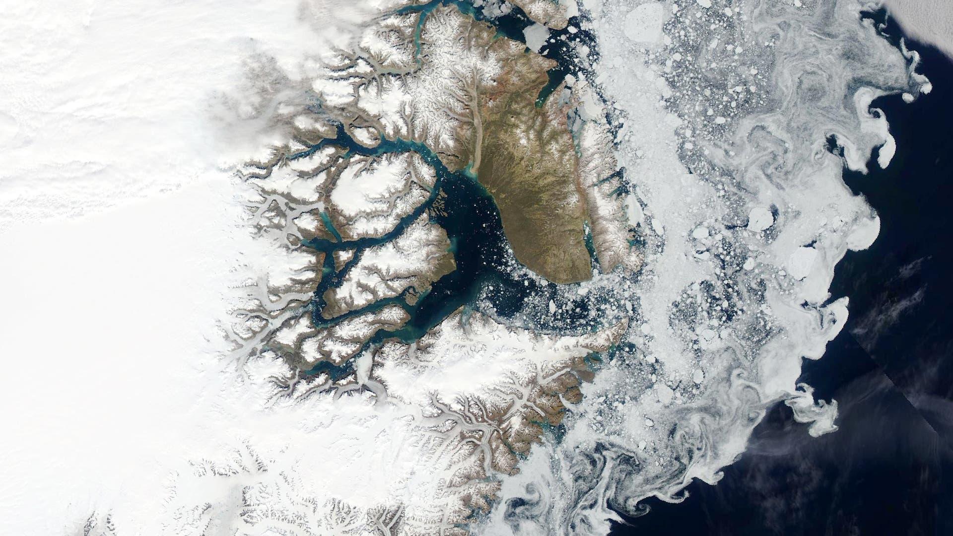 Satellitenbild von Eisschollen, die Strömungswirbel vor Grönlands Küste nachzeichnen.