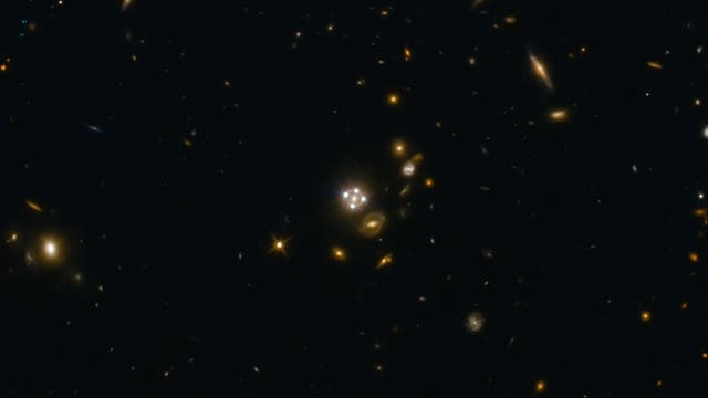 Ein besonders schönes Gravitationslinsensystem ist HE0435-1223 im Sternbild Eridanus.