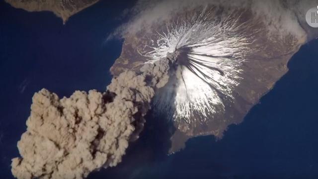 Ein Vulkan aus der Vogel- bzw Satellitenperspektive.