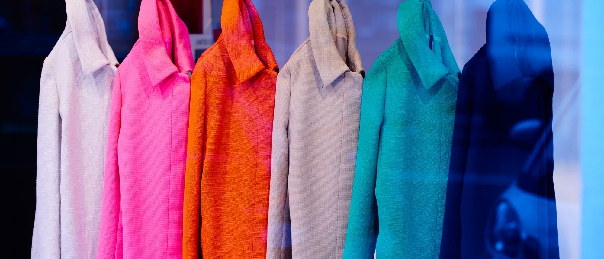 Eine Reihe der gleichen Mäntel in verschiedenen Farben