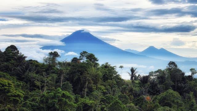 Der Lokon-Empung, ein Zwillingsvulkan auf der indonesischen Insel Sulawesi.