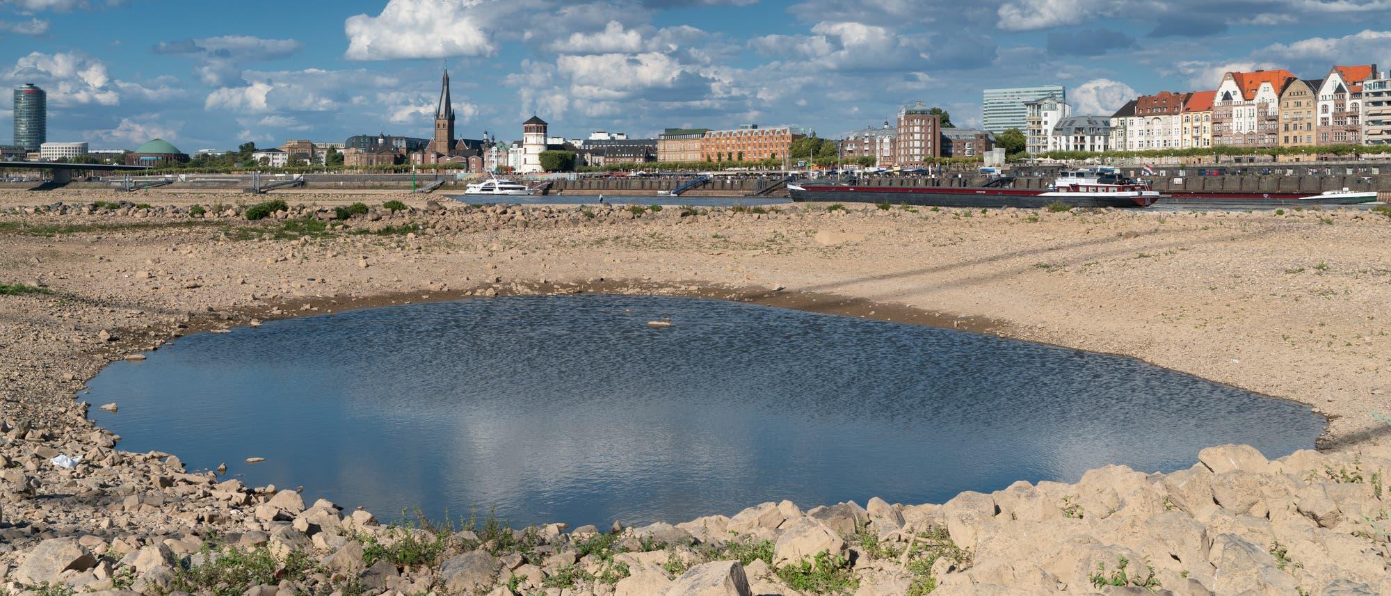 Niedrigwasser am Rhein bei Düsseldorf im Jahr 2018