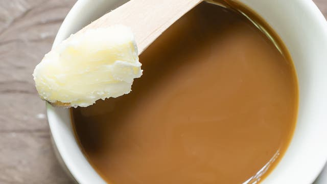 Butter in Kaffee zu mixen, klingt ein bisschen unappetitlich. Bei näherer Betrachtung ist es das auch.