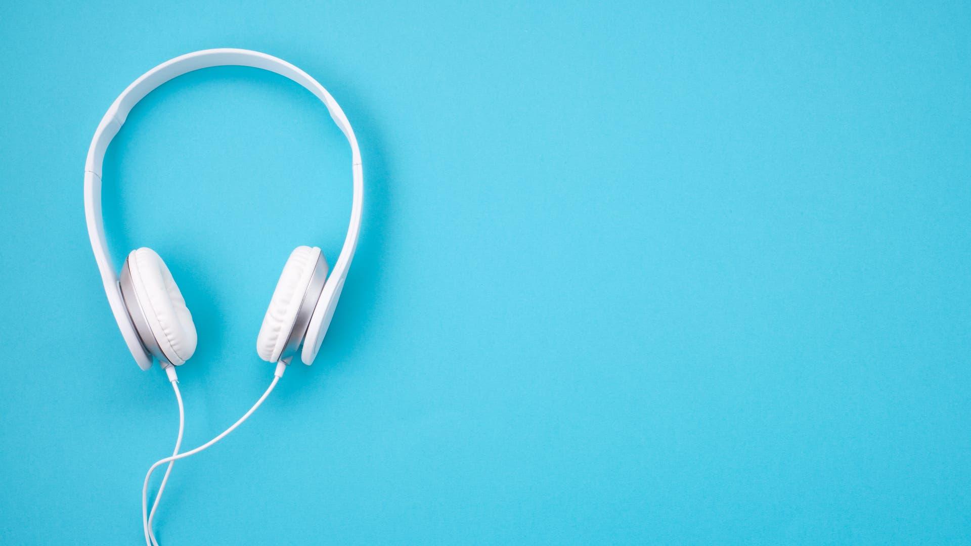 Weißer Kopfhörer vor blauem Hintergrund
