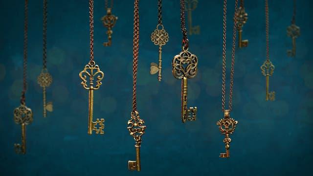 Neun Schlüssel, die an Ketten hängen