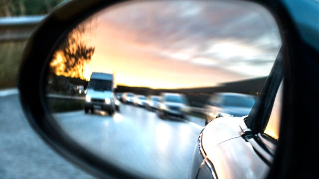 Verkehr im Rückspiegel