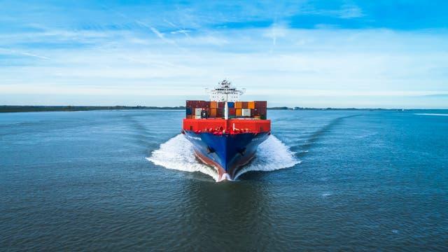 Ein Containerschiff von vorne