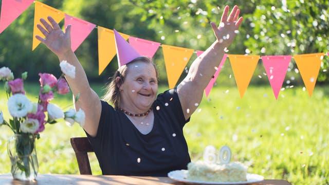 Eine Jubilarin mit Down-Syndrom auf ihrer Geburtstagsfeier