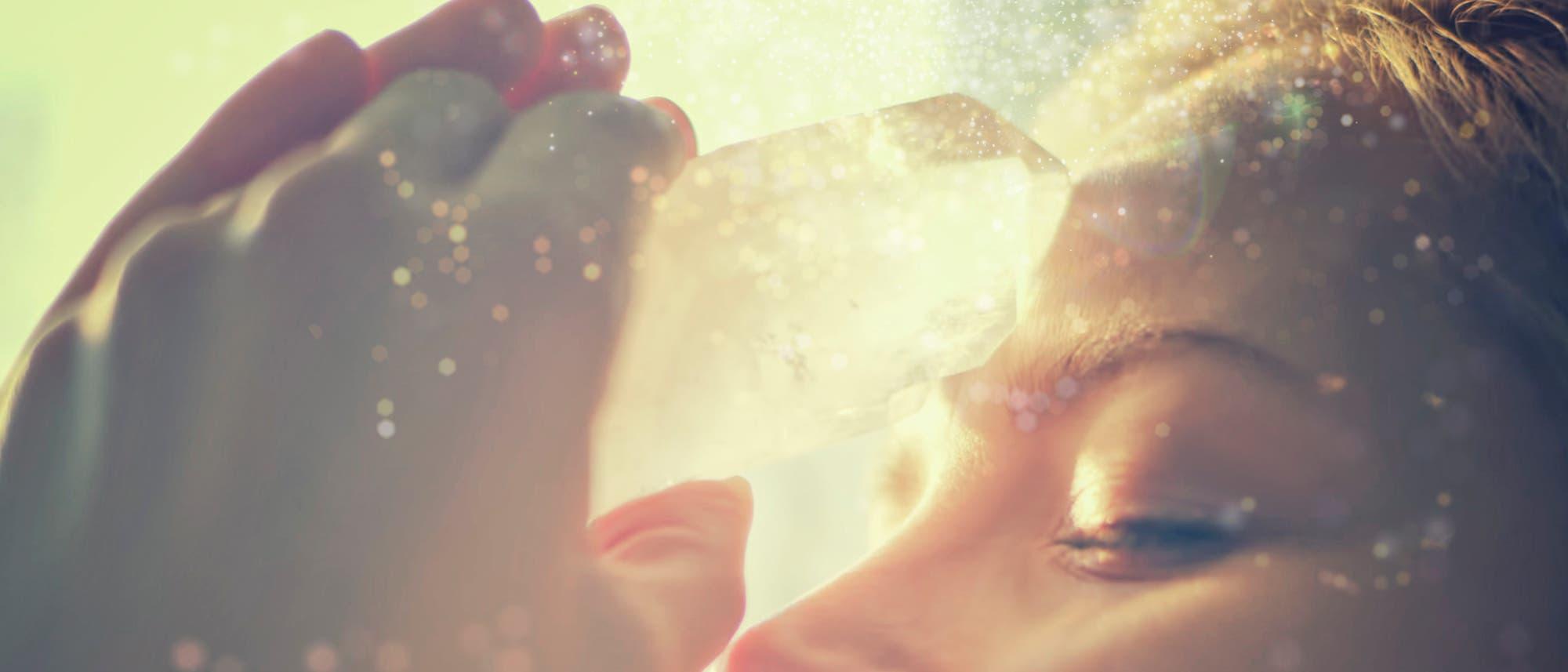 Bei der vermeintlichen Kristallheilung soll unter anderem die Aura eines Menschen gereinigt werden. Belege gibt es keine.