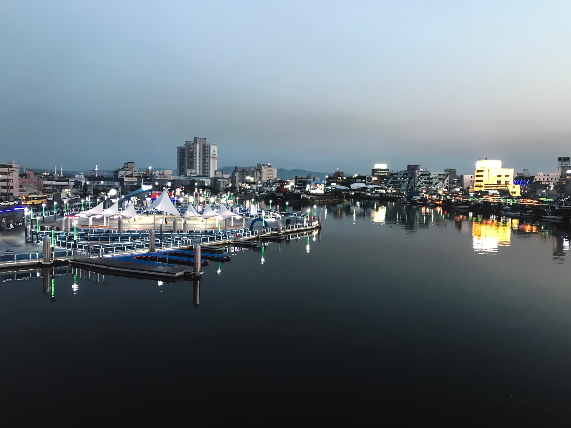 Die Bucht von Pohang in der Abenddämmerung