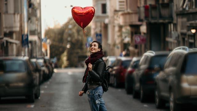 Frau mit Herzluftballon