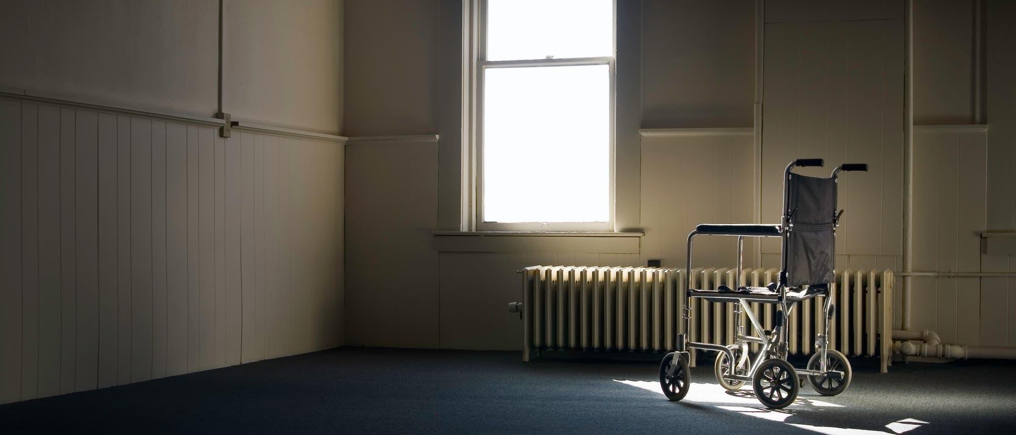 Leerer Rollstuhl in einem Krankenhauszimmer
