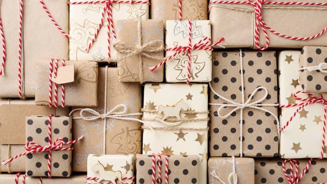 Viele verschiedene Geschenke und Pakete