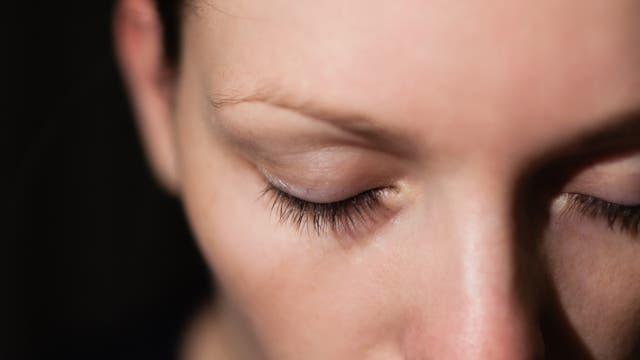 Frau mit geschlossenen Augen