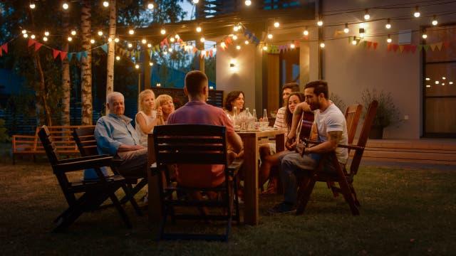 Familie an einem Sommerabend draußen am Tisch