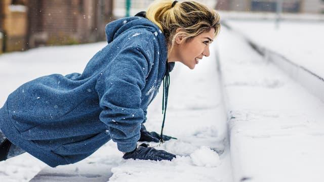 Sportlerin trainiert im Schnee