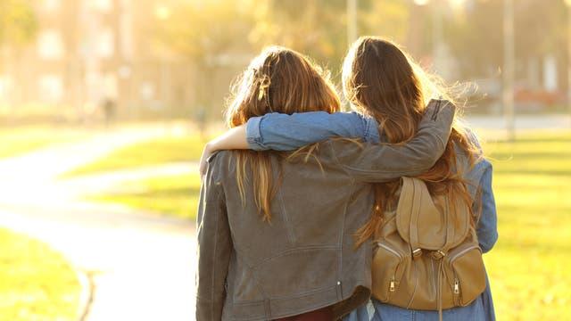 Freundinnen Arm in Arm