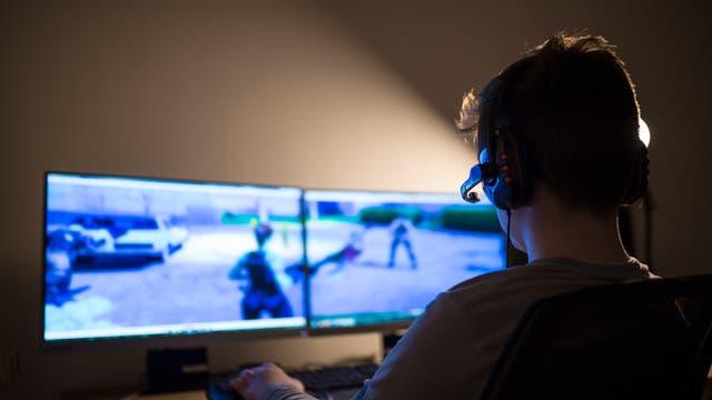 Junge spielt Computergame
