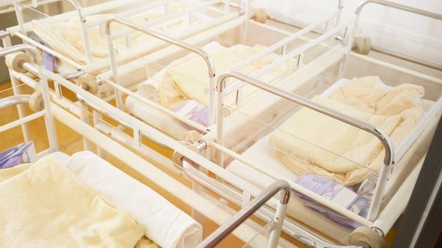 Leere Babybetten im Krankenhaus