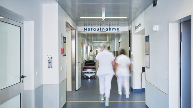 Eingang zu einer Notaufnahme eines Krankenhauses.