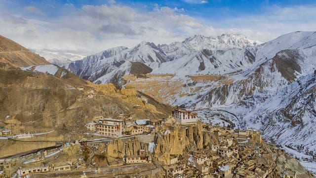 Lamayuru-Kloster im Industal im indischen Ladakh vor Schnee bedeckter Bergkette des Himalaja.
