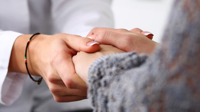 Helfer reicht die Hand