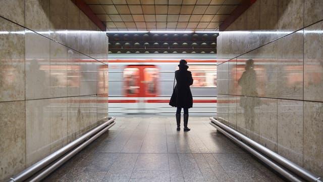 Frau an der U-Bahn-Station