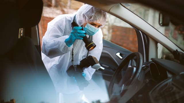 Forensiker versuchen, kriminalistisch relevante Spuren zu sichern – etwa DNA von Täterin oder Täter.