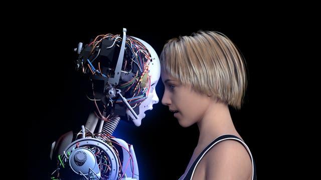 Ein Roboter und ein Mensch stehen sich gegenüber.