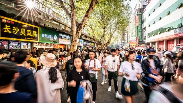 Menschen in der zentralchinesischen Metropole Wuhan