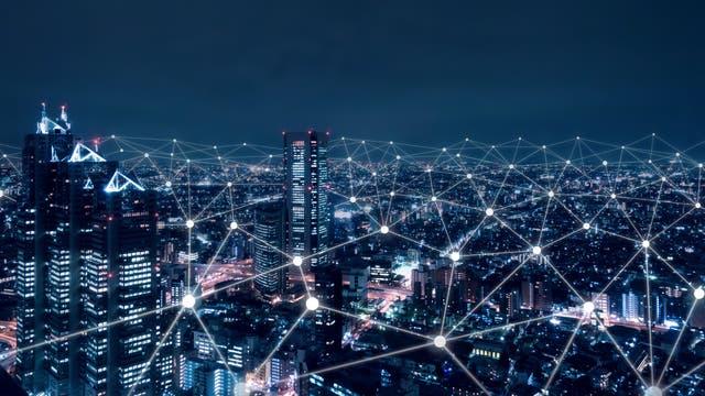 Telekommunikationsnetz über einer Großstadt