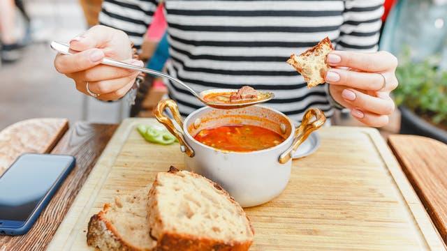 Ein fragwürdiges Studienergebnis: Der Verzehr von Suppe soll Fettleibigkeit vorbeugen.
