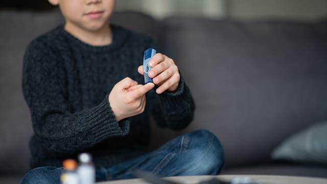 Kind macht Diabetestest