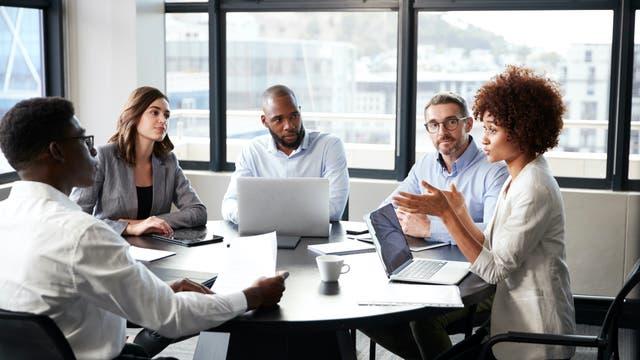 Ein Team diskutiert im Meeting