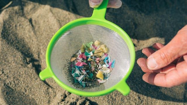 Aktuelles Mikroplastik aus dem Meer in einem Sieb aus zukünftigem Mikroplastik im Meer. Womit das Problem ganz gut umrissen wird: Es gibt ein Bewusstsein für das Problem, aber nicht dafür, dass es irgendwas mit dem eigenen Verhalten zu tun haben könnte.