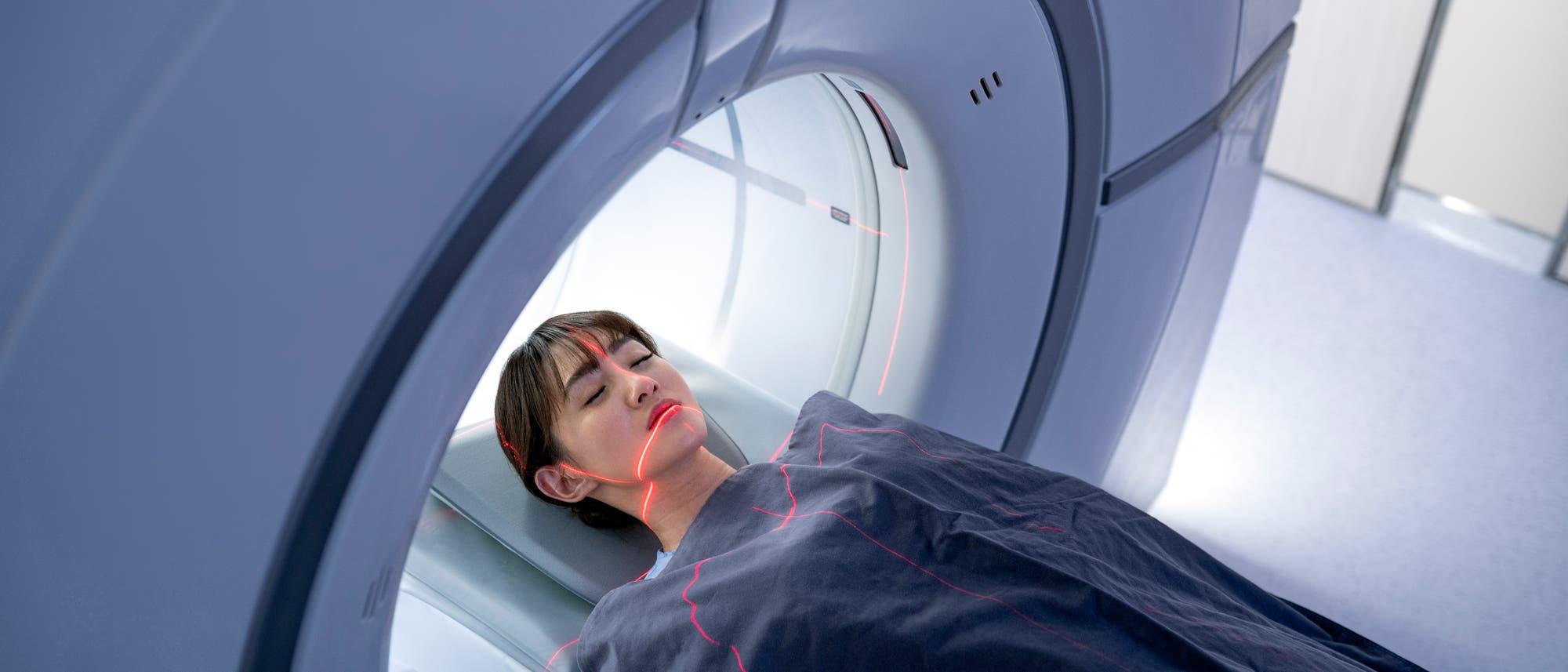Frau liegt in MRT-Gerät