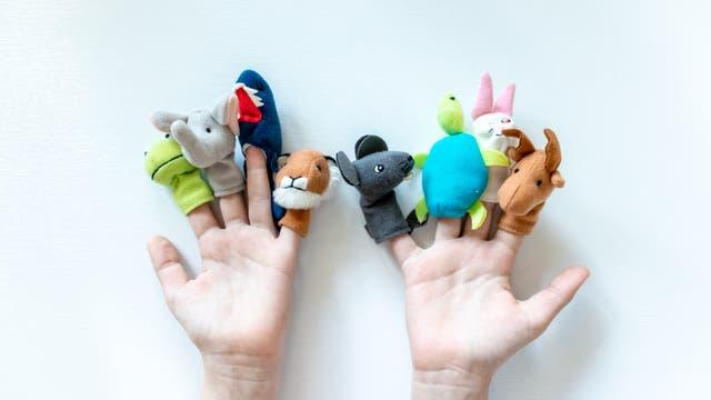 Ein Paar Kinderhände mit Fingerpuppentierchen