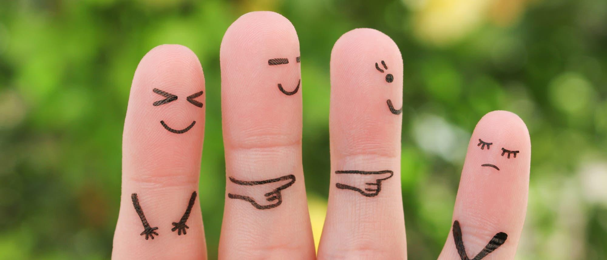 Drei Fingerfiguren grenzen eine vierte aus